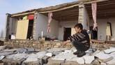 Pusat Seismologi Universitas Teheran mencatat sekitar 24 gempa susulan mengguncang daerah tersebut pada Minggu dengan magnitudo terbesar 4,3 dan 4,0. (Demiroren News Agency / AFP)