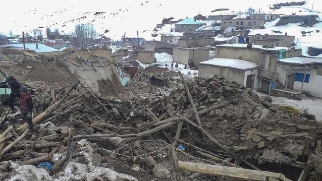 Sejauh ini dilaporkan sembilan orang,empat diantaranya anak-anak tewas dan puluhan terluka tertimpa puing-puing bangunan yang roboh. (Demiroren News Agency / AFP)