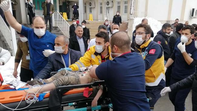 Sejumlah kora di Iran termasuk Khoy, Urmia, Salmas, dan Osku turut merasakan getaran gempa. Kendati demikian, kerusakan dilaporkan tidak separah Turki.(DHA via AP)