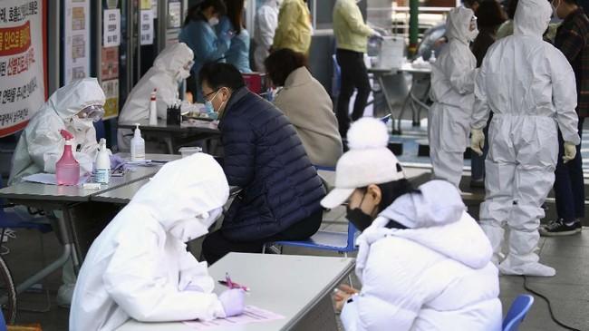 Penyebaran virus corona di Gereja Yesus Shincheonji bermula ketika lansia itu masih berkeras mengikuti setidaknya empat kebaktian di gereja yang memiliki 144 ribu jemaat itu sebelum didiagnosis.(Kim Hyun-tae/Yonhap via AP)