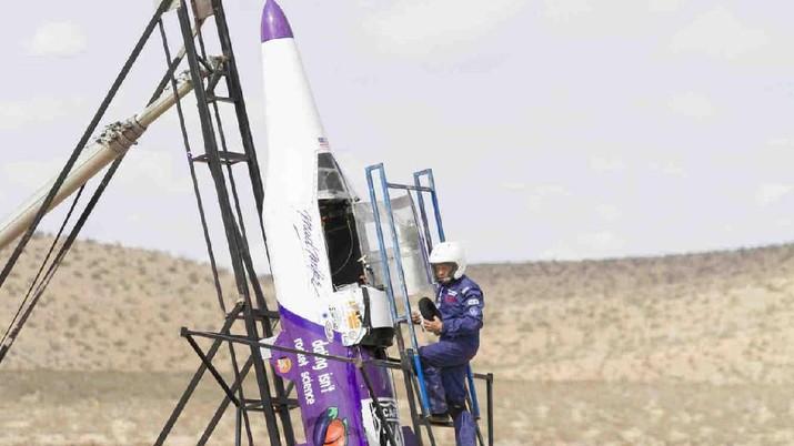 Hughes dijadwalkan untuk meluncurkan roket buatannya yang akan ditayangkan pada program seri Science Channel baru yang disebut