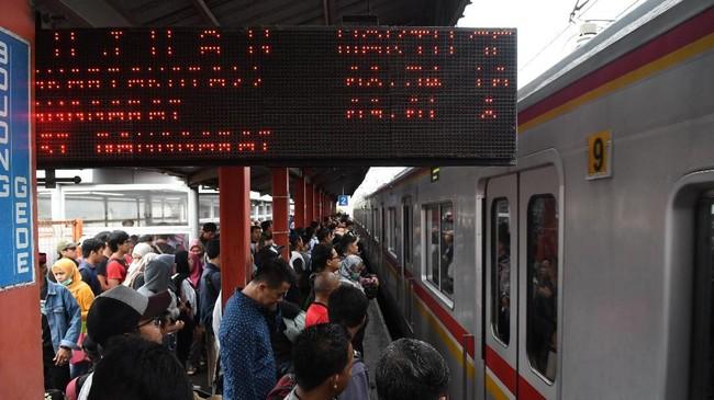 Warga menunggu KRL di Stasiun Bojong Gede, Cibinong, Jakarta Barat, Selasa (25/2/2019). 294 RW terendam di Ibu Kota. Angka ini sekitar 10,34 persen jumlah RW di Jakarta. (ANTARA FOTO/Muhammad Adimaja/foc.)