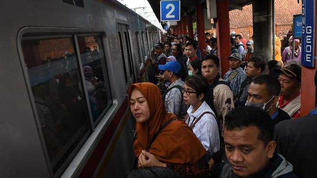 Warga menunggu KRL di Stasiun Bojong Gede, Cibinong, Jakarta Barat, Selasa (25/2/2019). Banjir yang menerjang Jakarta serupa dengan kejadian banjir karena hujan ekstrem yang terjadi pada awal tahun 2020. (ANTARA FOTO/Muhammad Adimaja/foc.)