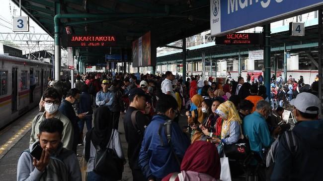 Warga menunggu KRL di Stasiun Manggarai, Jakarta, Selasa (25/2/2020). Genangan air yang menutupi rel yakni rute Stasiun Kampung Bandan, Sudirman, dan Stasiun Tanah Abang. (ANTARA FOTO/Muhammad Adimaja/foc.)