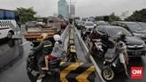 Kemacetan terjadi di berbagai tempat di DKI karena banjir di sejumla titik. CNN Indonesia/Adhi Wicaksono