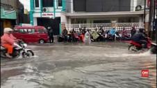 VIDEO: Kumpulan Video Amatir Banjir Rendam Jakarta dan Bekasi