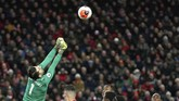 Lukasz Fabianski melakukan kesalahan yang turut membantu Liverpool memenangkan pertandingan ini.. (AP Photo/Jon Super)
