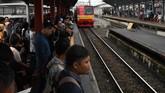 Warga menunggu KRL di Stasiun Bojong Gede, Cibinong, Jakarta Barat, Selasa (25/2/2019).PT KCI menyebut banjir membuat rute lintasan Bogor menuju Jatinegara hanya sampai Stasiun Manggarai. (ANTARA FOTO/Muhammad Adimaja/foc.)