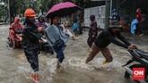 Warga korban banjir kini mengungsi ke tempat aman menunggu air yang menggenangi rumah mereka surut. CNN Indonesia/Bisma Septalisma