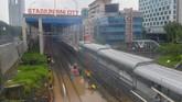 Jalur transportasi dari mulai jalan raya, tol, hingga rel kereta api terendam banjir. ANTARA FOTO/M Risyal Hidayat/foc.