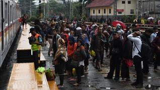 Rute KRL Terganggu Banjir, Penumpang di Manggarai Menumpuk