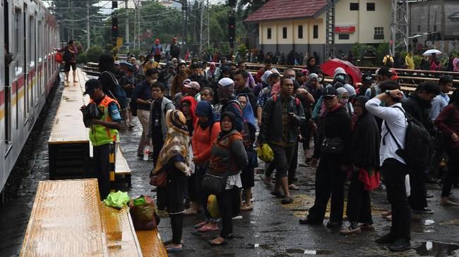 Warga menunggu KRL di Stasiun Manggarai, Jakarta, Selasa (25/2/2020). BMKG mencatat banjir terjadi karena curah hujan ekstrem yang terjadi pada 7 titik di DKI Jakarta. (ANTARA FOTO/Muhammad Adimaja/foc.)