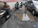 Kacau! Jalan Berlubang di Rasuna Said Cuma Ditutupin Kursi