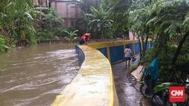 Hujan Lebat, Air Melimpah Lewati Tanggul Baswedan Jati Padang