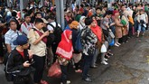 Warga menunggu KRL di Stasiun Manggarai, Jakarta, Selasa (25/2/2020). Gubernur DKI Jakarta Anies Baswedan membatalkan semua rapat Pemprov untuk fokus penanganan banjir Jakarta. (ANTARA FOTO/Muhammad Adimaja/foc.)