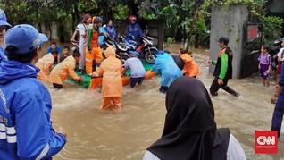 Pemotor Manfaatkan Kubus Getek Terjang Banjir di Cipayung