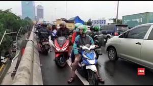 VIDEO: Banjir Jakarta, Motor Masuk Tol