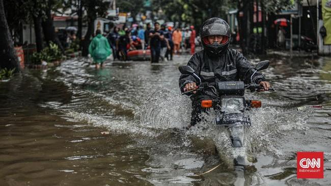 Di beberapa pintu tol, sepeda motor diperbolehkan masuk ke jalan tol. CNN Indonesia/Bisma Septalisma