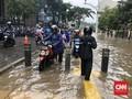Banjir Tutup Jalan Kemang Raya, Motor Lewat Trotoar