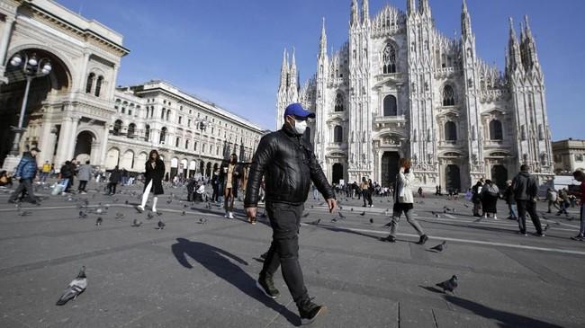 Namun, menurut WNI bernama Melvien Sabrina yang tinggal di Milan, stok bahan makanan di supermarket juga langka, khususnya makanan kalengan. Persediaan masker juga menipis, baik di apotek maupun di toko daring. (AP Photo/Luca Bruno)