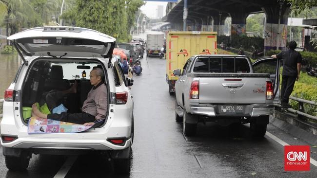 Pemprov DKI meminta seluruh kantor-kantor pemerintahan di bawah DKI bisa digunakan untuk posko pengungsian. CNN Indonesia/Adhi Wicaksono