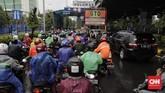 Sepeda motor diperkenankan masuk Tol Pulomas karena Jalan DI Pandjaitan tidak bisa dilewati. CNN Indonesia/Adhi Wicaksono