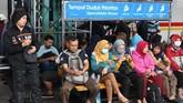 Warga menunggu KRL di Stasiun Manggarai, Jakarta, Selasa (25/2/2020). Banjir menerjang sedikitnya 200 RW di seluruh DKI Jakarta. (ANTARA FOTO/Muhammad Adimaja/foc.)
