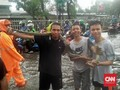 Ular Sanca Masuk Rumah Warga Saat Banjir di Mampang