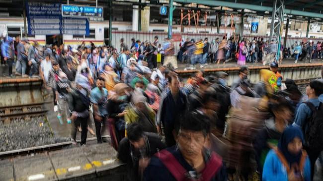 Warga berjalan di area Stasiun Manggarai, Jakarta, Selasa (25/2/2020). Pemprov DKI mendirikan 40 titik posko pengungsian untuk menampung warga DKI yang menjadi korban banjir. (ANTARA FOTO/Muhammad Adimaja/foc.)