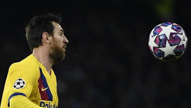 Setelah kebobolan, Barcelona berusaha keras memberikan tekanan dan menghadirkan peluang emas. Namun Messi dan kawan-kawan mengalami kesulitan membongkar pertahanan Napoli. (Photo by Filippo MONTEFORTE / AFP)