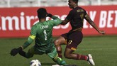 PenyerangPSM Makassar Osas Saha (kanan) mencoba mengelabui kiper Shan United Thiha Shitu pada laga Grup H Piala AFC. (ANTARA FOTO/Aditya Pradana Putra/ama)