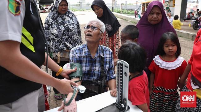 Rumah boleh terendam, tetapi kesehatan tetap harus dijaga meski di pengungsian sekalipun. (CNNIndonesia/Safir Makki)