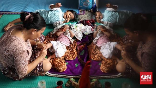 Di pengungsian, mau tak mau, kondisi kesehatan balita tetap harus dijaga di tempat pengungsian yang notabene tak nyaman. (CNNIndonesia/Safir Makki)