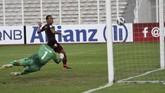 Momen gol ketiga PSM Makassar yang dicetak Ferdinand Sinaga (kanan)ke gawang Shan United pada masa injury time. Juku Eja pun memastikan kemenangan 3-1 atas Shan United. (ANTARA FOTO/Aditya Pradana Putra/ama)