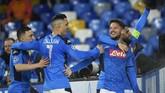 Dries Mertens merayakan gol bersama rekan-rekan setimnya di Napoli. (Photo by Filippo MONTEFORTE / AFP)
