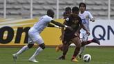 Bek sayap PSM Makassar Asnawi Mangkualam (kedua kanan) mencoba lolos dari adangan para pemain Shan United. Asnawi memberikan assist umpan silang untuk gol pertama Juku Eja yang dicetak Giancarlo Lopes. (ANTARA FOTO/Aditya Pradana Putra/ama)