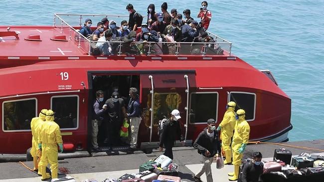ABKWNI kapal World Dream menaiki kapal transfer untuk dipindahkan ke KRI dr Soeharso yang difasilitasi TNI AL, di Selat Durian Kepulauan Riau, Rabu (26/2/2020). (Dok. Dispenal)