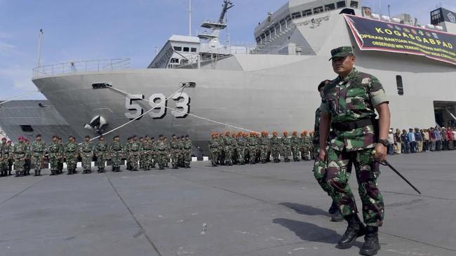 Panglima Komando Gabungan Wilayah Pertahanan (Pangkogabwilhan) I Laksamana Madya TNI Yudo Margono (kiri) menginspeksi pasukan Upacara Satgas Bantuan Kemanusiaan WNI di Pulau Sebaru di Mako Kolinlamil, Jakarta, 26Februari 2020. (ANTARA FOTO/M Risyal Hidayat)