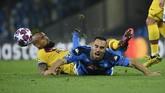 Arturo Vidal melanggar Nikola Maksimovic di pengujung pertandingan. (Photo by Filippo MONTEFORTE / AFP)