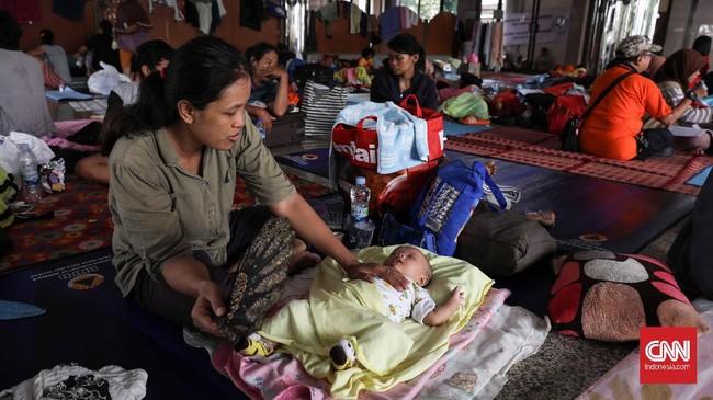 BNPB mencatat per Rabu (26/2), jumlah pengungsi karena banjir di wilayah Jakarta-Bogor-Depok-Tangerang-Bekasi (Jabodetabek) jumlah pengungsi mencapai 19.901 warga (5.954 Kepala Keluarga).(CNNIndonesia/Safir Makki)
