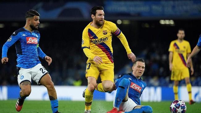 Napoli menjamu Barcelona dalam leg pertama babak 16 besar Liga Champions di San Paolo, Selasa (25/2) waktu setempat. (Photo by Filippo MONTEFORTE / AFP)