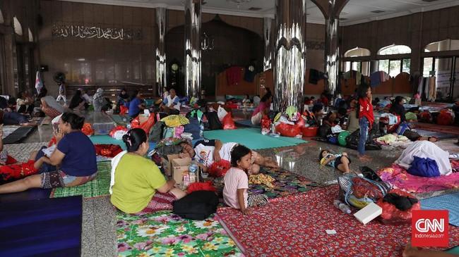 Banjir akibat luapan kali karena curah hujan tinggi membuat permukiman warga di sejumlah wilayah DKI Jakarta dan sekitarnya kebanjiran, Selasa (25/2). Walhasil, warga terpaksa harus mengungsi salah satunya di masjid(CNNIndonesia/Safir Makki).