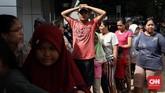 Berada di pengungsian memang aman dari banjir. Tetapi harus antre demi memperoleh makanan untuk mengenyankan perut walau sekedarnya. (CNNIndonesia/Safir Makki)