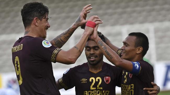 Ferdinand Sinaga (kanan) merayakan gol dengan Giancarlo Lopes dan Yakob Sayuri (tengah). Yakob berperan memberi assist kepada Ferdinand pada gol ketiga PSM. (ANTARA FOTO/Aditya Pradana Putra/ama)
