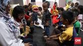 Hiburan di pengungsian bisa menjadi obat mujarab peluntur trauma banjir di benak anak-anak. (CNNIndonesia/Safir Makki)
