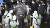 Petugas menyemprotkan cairan desinfektan kepada WNI kru kapal World Dream saat menaiki KRI dr Soeharso yang difasilitasi TNI AL, di Selat Durian Kepulauan Riau, 26Februari 2020. (Dok. Dispenal)
