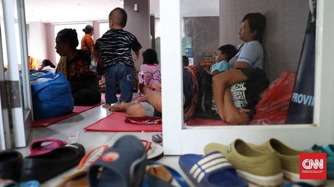 Wanita, pria, remaja, anak-anak. Semua berkumpul di pengungsian demi menghindari banjir yang telah merendam rumah mereka. (CNNIndonesia/Safir Makki)