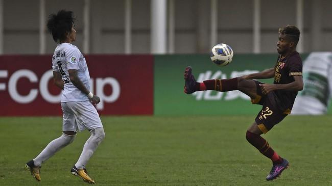 Winger PSM Makassar Yakob Sayuri (kanan) berupaya melewati pemain Shan United Hein Thiha Zaw. Dia mencetak gol kedua PSM Makassar pada menit ke-53. (ANTARA FOTO/Aditya Pradana Putra/ama)