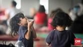 Walaupun berada di pengungsian, anak-anak kecil tetap dengan keniscayaan dirinya untuk selalu mencari permainan yang menyenangkan walau seadanya. (CNNIndonesia/Safir Makki)