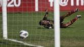 Osas Saha terjatuh usai membobol gawang Shan United di menit ke-30. Namun, golnya dianulir karena Osas berada dalam posisi offside saat menerima umpan dari Giancarlo Lopes. (ANTARA FOTO/Aditya Pradana Putra/ama)